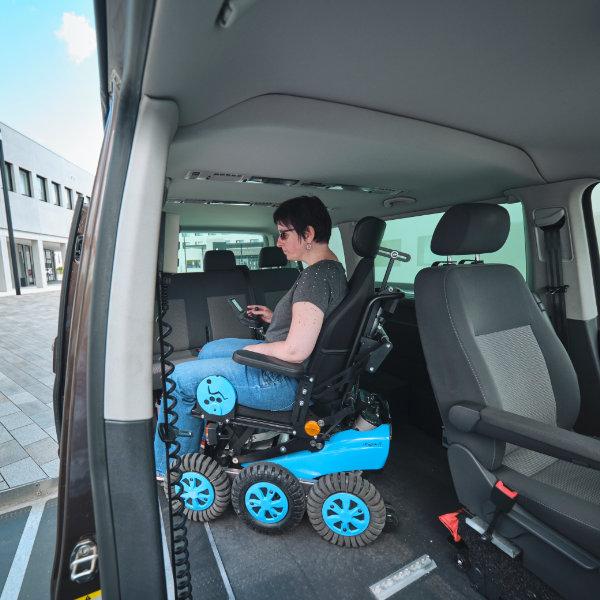 Newlive Magix2 Elektrorollstuhl 6 Rad Antrieb im Auto